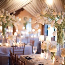 décoration-salle-mariage-draperies-dramatiques-centres-hauts-tulipes